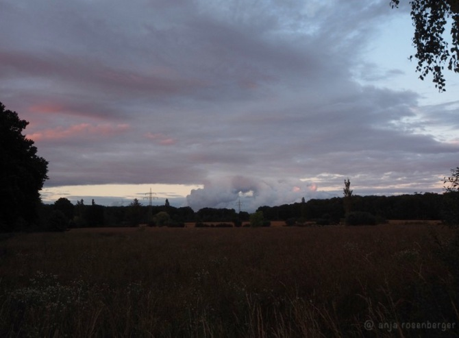 Sonnenuntergangsszenario mit interessanter Wolkenformation